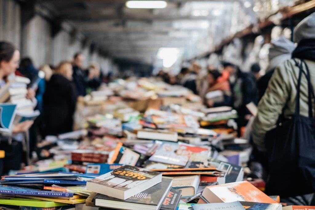 Unzählige Bücher welche ausgebreitet auf Tischen liegen