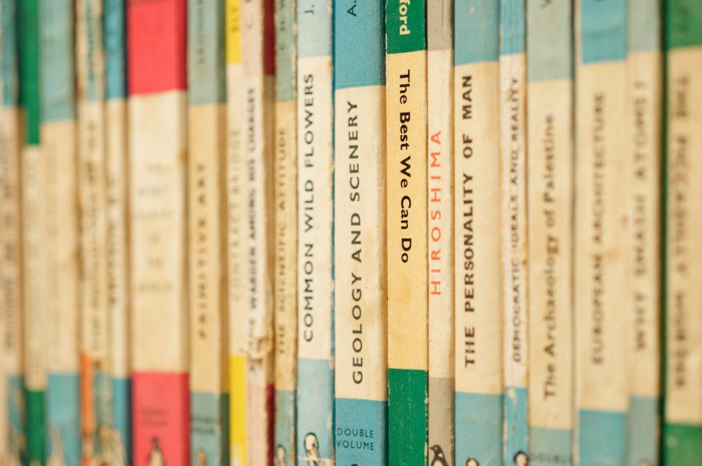 Softcover Taschenbücher in einem Regal aufgereiht