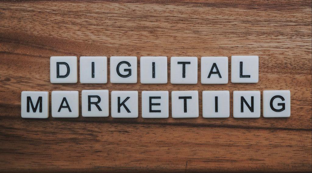 Self-Publishing Fehler: Kein Digital Marketing (mit Buchstaben auf einem Tische ausgelegt)